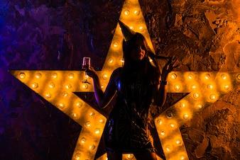 Festivo mujer iluminada con estrella