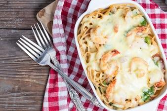 Fettuccine tenedor plato de verduras frescas