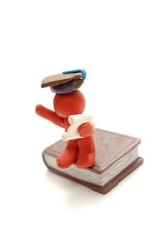 Figura de plastilina orgullosa con un gorro de graduación