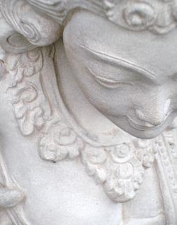 figurilla de piedra blanca oriental