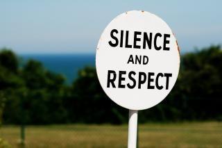 firmar el silencio y el respeto