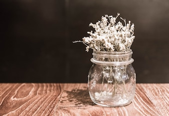 Flor en florero decoración en mesa de comedor