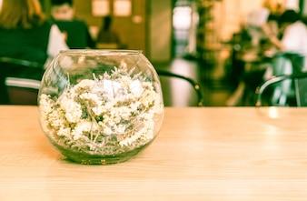 Flor en la decoración de vidrio en la mesa