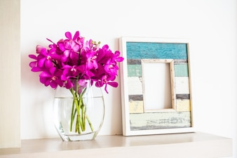 Florero con agua y un marco