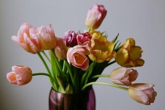 Florero con flores rosas y amarillas