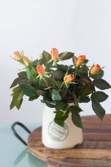 Flores de colores en un florero