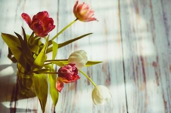 Flores en un florero de cristal