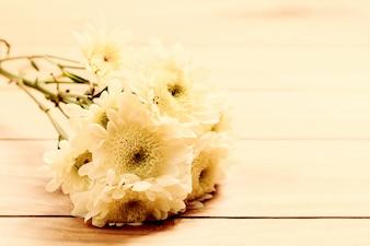 Flores en una mesa de madera