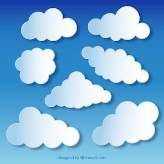 Nubes blancas acolchadas sobre fondo azul cielo