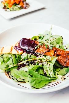 Foie gras con ensalada de verduras