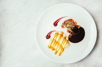Foie gras y carne de pato con salsa dulce