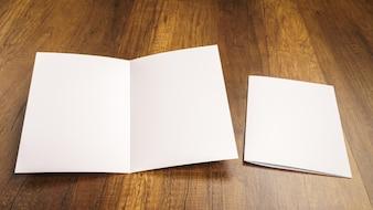 Folio doblado al lado de un sobre