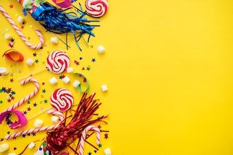 Fondo amarillo con variedad de elementos de cumpleaños