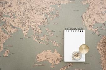 Fondo de aventura con cuaderno en blanco y brújula