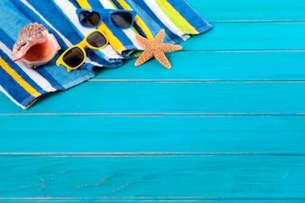 Fondo de la playa con gafas de sol y estrellas de mar