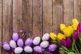 Fondo de madera con flores y huevos de pascua