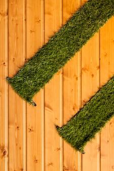 Fondo de madera con hierba artificial