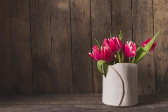 Fondo de madera con tulipanes bonitos