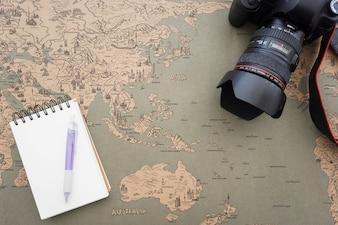 Fondo de mapa del mundo con cámara decorativa y cuaderno