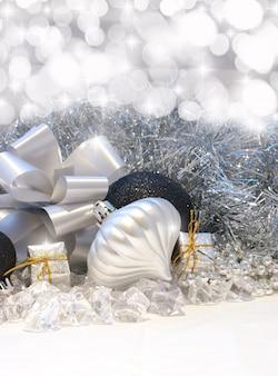 Fondo de navidad con adornos de plata y negro