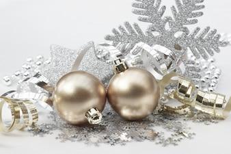 Fondo de navidad con decoraciones en oro y plata