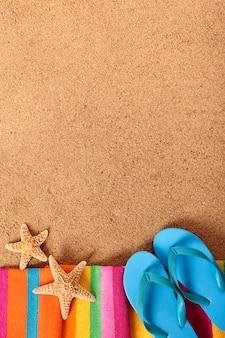 Fondo de playa con chanclas
