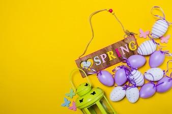 Fondo de primavera con farol y huevos de pascua