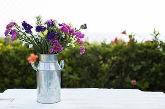 Fondo de primavera con florero metálico