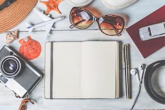 Fondo de vacaciones de verano, accesorios de playa en madera blanca y espacio de copia, concepto de vacaciones y concepto de viajes.