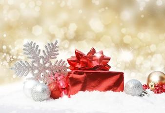 Fondo dorado reluciente de navidad con decoración en la nieve