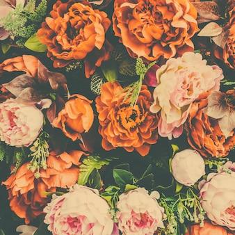 Fondo floral con flores naranjas y rosas