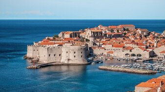 Ciudad de la fortaleza por el mar