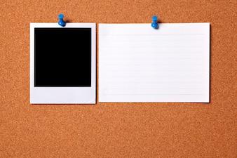 Foto polaroid en blanco con tarjeta
