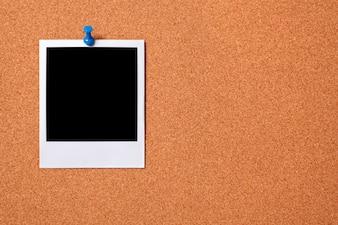 Foto polaroid en un tablón de corcho