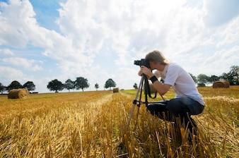 Fotógrafo de cuclillas