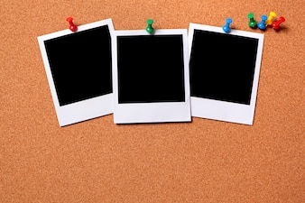 Fotos polaroid clavadas en un tablero de corcho