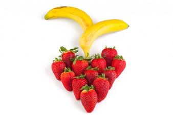 Fresas en forma de corazón y dos platanos