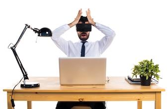Frustrado empresario en su oficina con gafas VR