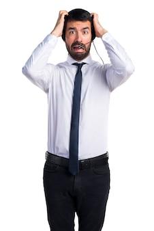 Frustrado joven con un auricular