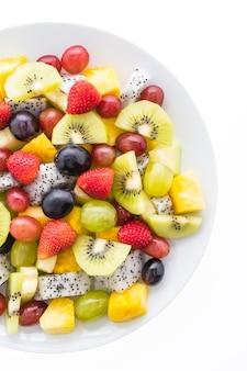 Fruta mezclada en un plato blanco
