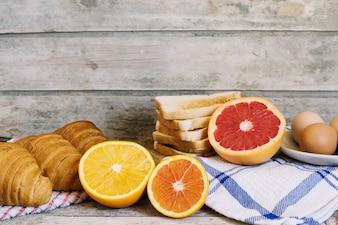 Frutas y pastelería en la mesa