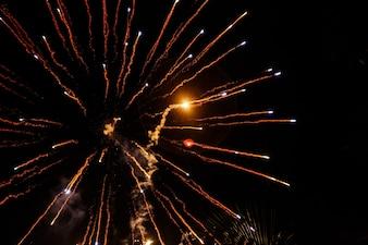 Fuegos artificiales volar como flechas en el cielo nocturno
