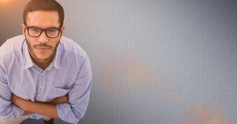Gafas brazos cruzados hombre de negocios de dispositivos de relajación