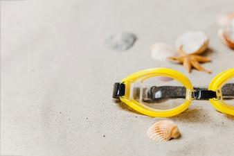 Gafas de bucear amarillas con conchas