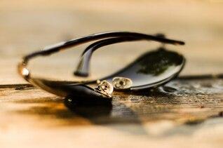 Gafas de sol en la mesa