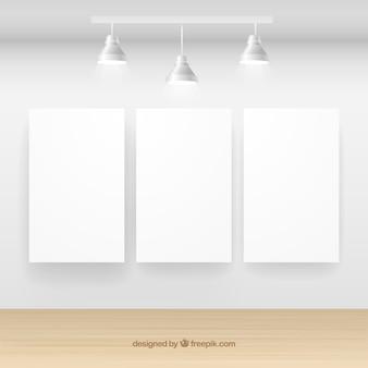 Galería interior con pancartas en blanco