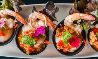 Gamba puesta en un platillo de comida con arroz