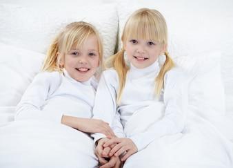 Gemelas vestidas de blanco