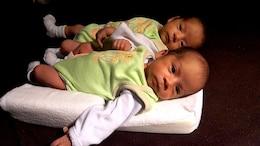 gemelos para dormir acostado bebe niño cara