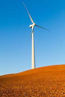 Generador eólico en un campo rojo